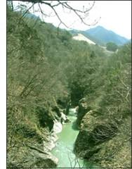 吾妻渓谷、後方山腹に造成中の川原湯代替地