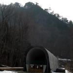 付け替え鉄道のトンネル出口(川原湯地区)