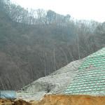 土砂崩れの現場はシートで覆われている