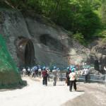 吾妻渓谷・ダムサイト予定地直下、仮排水トンネルの入り口付近(共産党視察団)