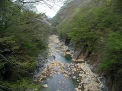 ダムサイト予定地。左岸側が字(あざ)八ッ場。(2001年撮影)