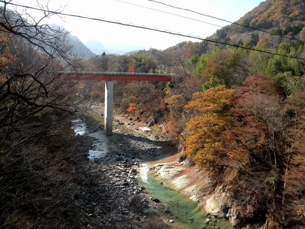 水没予定の川原湯地区と川原畑地区を結ぶ新千歳橋。河床にグリーンタフ(緑色凝灰岩)が見られる。