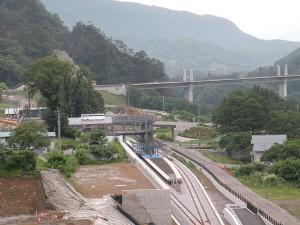 JR吾妻線「川原湯温泉」新駅周辺 写真中央に建設中の新駅とプラットフォーム
