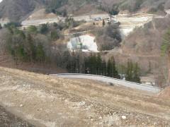 写真2 打越代替地第二期分譲地の法面 対岸は川原畑地区の代替地(2010年12月撮影)