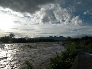利根川(台風18号通過直後 前方は榛名山 2013年9月16日撮影)