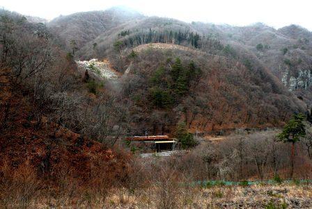吾妻渓谷を走る吾妻線の普通列車。(2013年12月2日)
