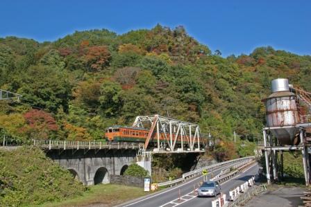 吾妻渓谷から川原湯温泉駅に向かう吾妻線の普通列車