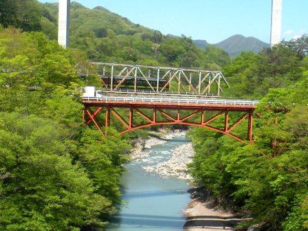 川原湯地区と川原畑地区を結ぶ千歳橋を走る快速列車リゾートやまどり(2014年5月10日撮影)