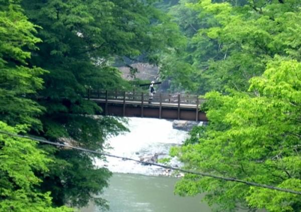 滝見橋の橋げたをもつ作業員shuku
