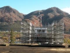 湖面1号橋の橋台の建設 橋台の背後に、川原湯温泉の代替地が見える。 2012年11月14日撮影