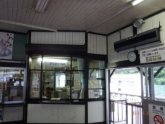 JR吾妻線の「川原湯温泉」駅。温もりのある木造の駅舎が観光客を迎えてくれる。