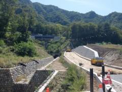新駅から県道への道は沢沿いshuku