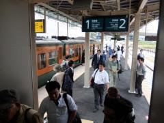 にぎわう新駅プラットフォームshuku