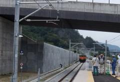 新駅から遠ざかる列車 (2)shukuトリミング
