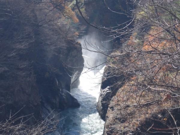 仮排水トンネルからしぶきをあげて噴き出す吾妻川の水shuku