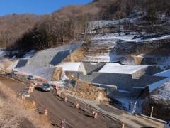 砂防ダムの列と付け替え県道shuku