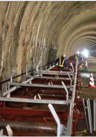 大柏木トンネルの内部ではベルトコンベヤーの設置が進む