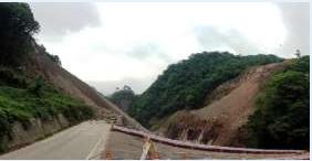 写真② ダム底部から見た左岸と右岸。中央が吾妻川で、左岸の工事現場から出た土砂がたまっている。