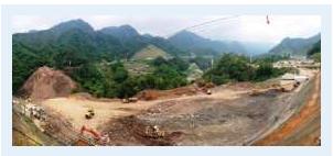 写真① 八ッ場ダム左岸で行われている工事(手前)。左端に見えるのが右岸
