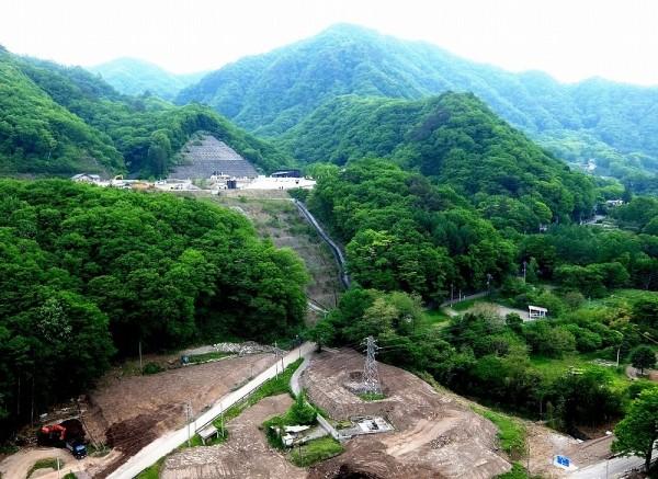 川原湯温泉が移転しつつある打越代替地と水没予定地(2015年5月15日撮影)
