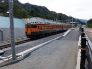 新駅に入っていく吾妻線普通列車 2014年10月4日撮影