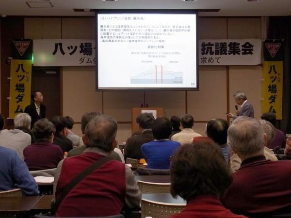堤防強化の方法について対談する宮本博司さん(左)と嶋津暉之さん(右)