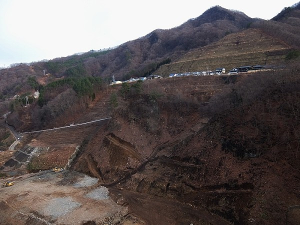 水没予定地の川原湯地区住民が移転しつつある打越代替地は地形を大規模に改変した人工造成地。2015年12月25日撮影
