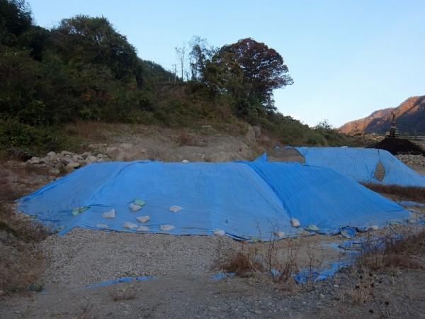 下田の土捨て場の青いカバー