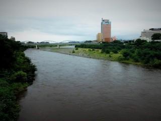 群馬県庁と利根川