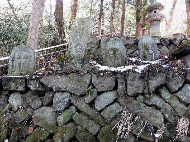 川原湯神社参道脇の石仏