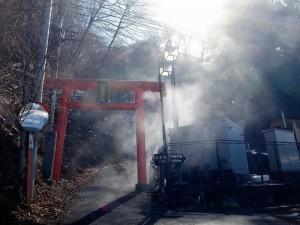川原湯神社の鳥居と湯けむり