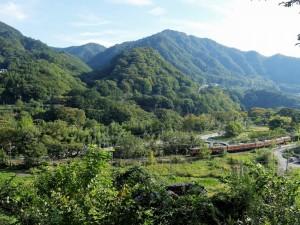 川原畑を走る吾妻線 (2)