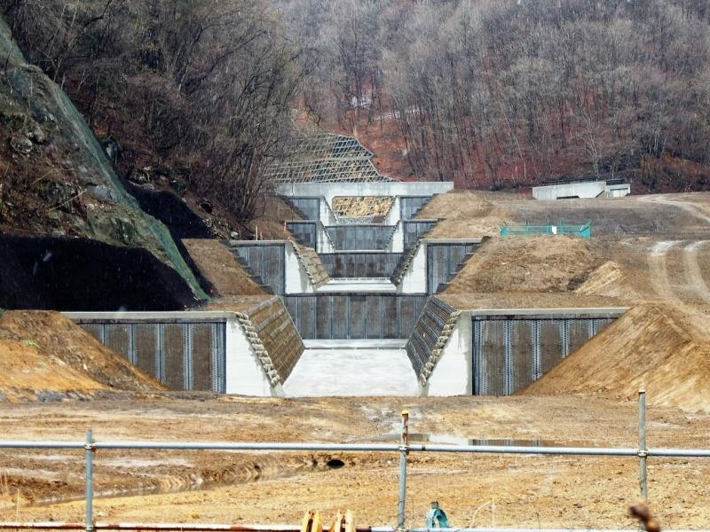 八ッ場沢の砂防ダムの列