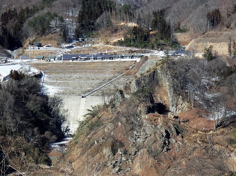 地すべり対策を行うことになった川原畑地区の二社平(じしゃだいら、岩山)。左側の穴山沢は代替地の一部として盛り土で造成され、町営住宅等が建てられた。2017年1月31日撮影。