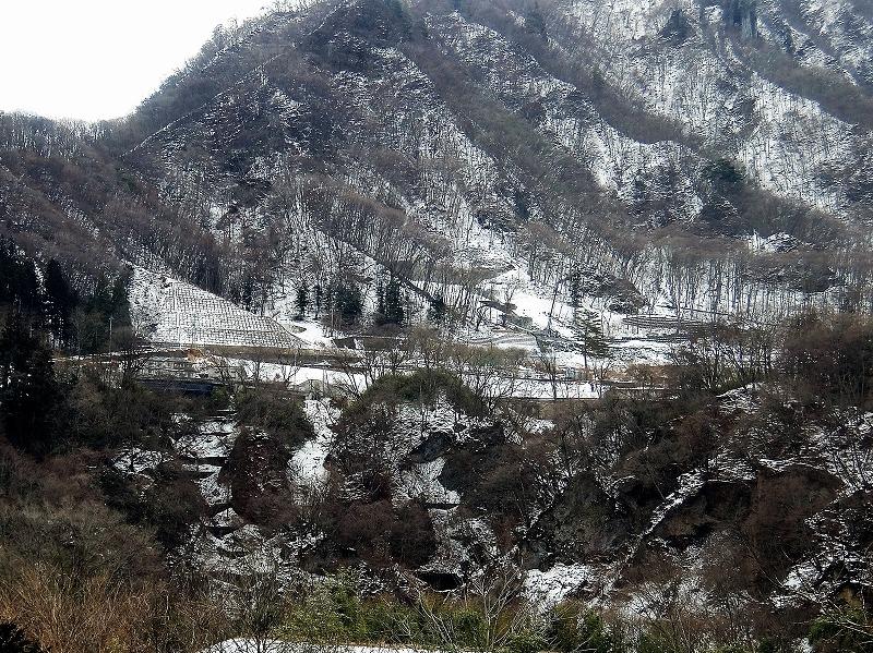 地すべり対策不要とされた川原湯地区の上湯原。吾妻川の対岸より2017年2月23日撮影。